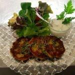 Erbsen- Bärlauchtaler mit Gurken- Sauerrahmdip & Blattsalat