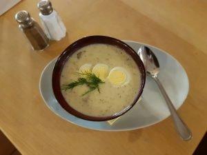 KULAJDA - Eine dicke Suppe aus Pilzen, Dill, Kartoffeln, Sauerrahm und gekochtem Ei