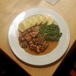 """Mährische """"Spatzen"""" mit Kartoffelserviettenknödel & Spinat"""