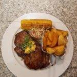 US Steakhüfte mit Kartoffelecken, gegrilltem Maiskolben & Kräuterbutter